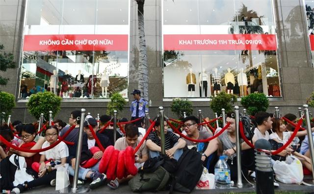 Vì sao người Việt mua áo 'made in Vietnam' 300.000 đồng chê đắt nhưng đội nắng 15 tiếng mua áo H&M 700.000 đồng vẫn khen rẻ ? - Ảnh 3.