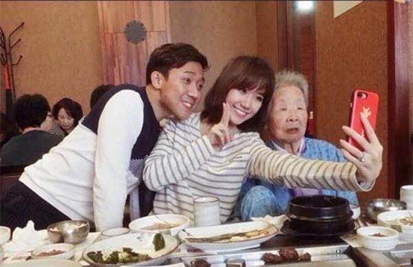 "ba ngoai hari won toc trang bac pho, van chup anh ""tu suong"" cung vo chong chau gai - 2"