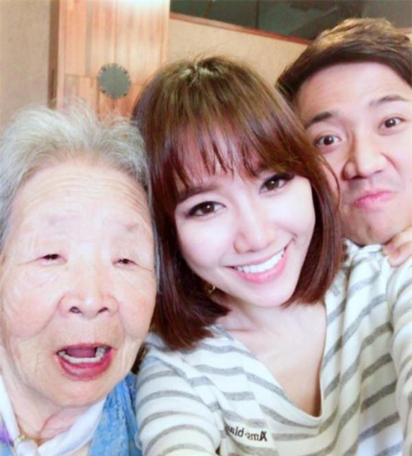 "ba ngoai hari won toc trang bac pho, van chup anh ""tu suong"" cung vo chong chau gai - 3"