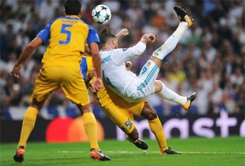 Pha ngả người làm bàn của Ramos
