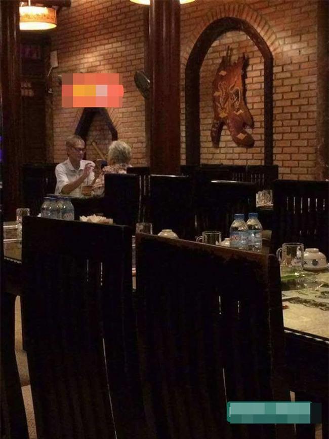 Hình ảnh đôi vợ chồng già trong quán ăn khiến ai đi qua cũng ngoái lại nhìn - Ảnh 1.