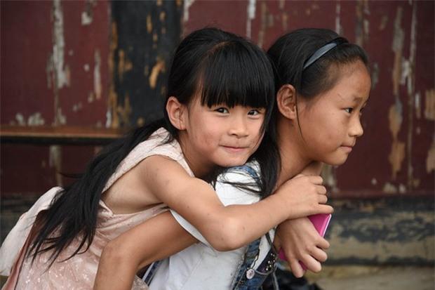 Bị vứt bỏ trong thùng carton chỉ vì là con gái, những đứa trẻ này đã gặp 1 người khiến đời chúng thay đổi - Ảnh 2.