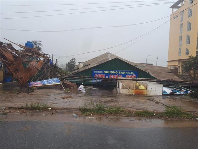Thị trấn biển Thiên Cầm tan tác sau bão (Ảnh: Văn Dũng)
