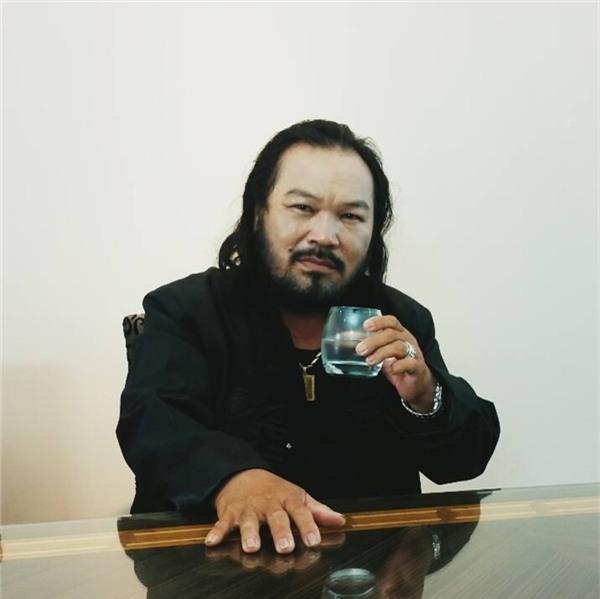 Hơn 20 năm sau, Lê Quang vẫn giữ nguyên bộ râu quai nón, tóc dài và tướng tá bặm trợn khó lẫn. - Tin sao Viet - Tin tuc sao Viet - Scandal sao Viet - Tin tuc cua Sao - Tin cua Sao