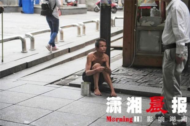 Người ăn mày khuyết tật tận tuỵ che ô cho cụ già chống nạng tập tễnh bước đi trong mưa gây xúc động mạnh - Ảnh 1.
