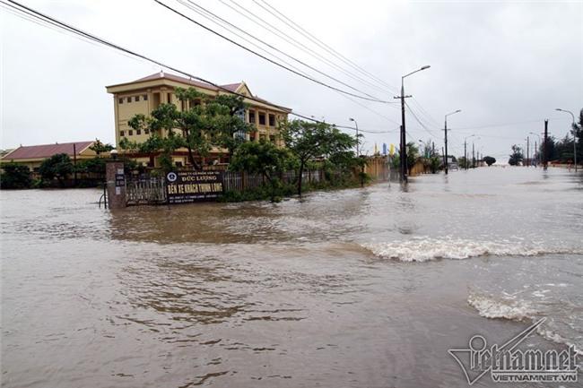 Bão số 10 quét qua, nhiều tỉnh thành ở Việt Nam thất thủ-11