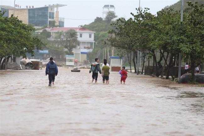 Bão số 10 quét qua, nhiều tỉnh thành ở Việt Nam thất thủ-2