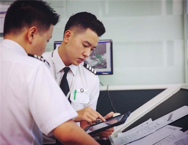 Cơ trưởng đẹp trai nhất Việt Nam khoe giọng hát cực ngọt khiến hội chị em đứng hình-12