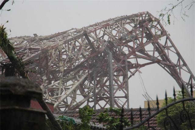 và tháp Đài Truyền hình thị xã Kỳ Anh bị bão quật gãy