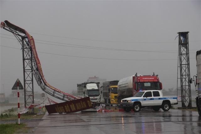 Cổng chào trên quốc lộ 1A đoạn qua thị xã Kỳ Anh bị sập