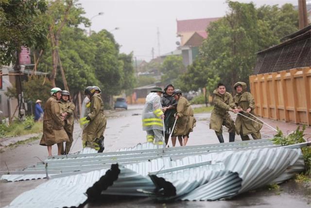 Lực lượng CSGT TP Hà Tĩnh khẩn giúp dân khắc phục sự cố sau bão