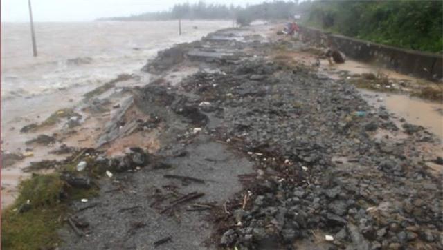 Hơn 100 mét đường chạy dọc biển qua xã Cương Gián, huyện Nghi Xuân bị sóng biển đánh sạt lở nghiêm trọng khiến phương tiện không thể lưu thông