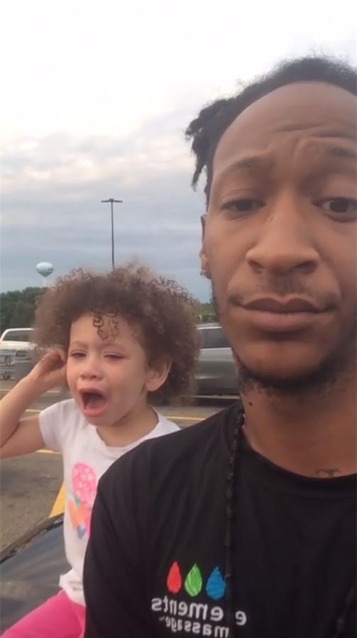 Con gái ăn vạ, gào khóc ầm ĩ ở siêu thị, ông bố cứ thế cầm điện thoại livestream - Ảnh 2.