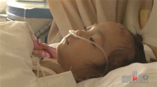 Bé gái 3 tuổi sống sót kỳ diệu sau khi rơi từ tầng 16 chung cư xuống - Ảnh 1.