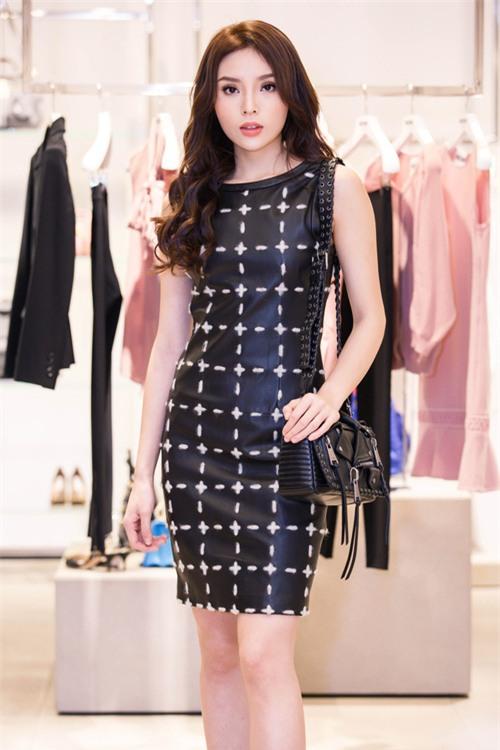 Hoa hậu Kỳ Duyên phủ đầy hàng hiệu thử đồ dự show Moschino tại Milan Fashion Week - Ảnh 10.