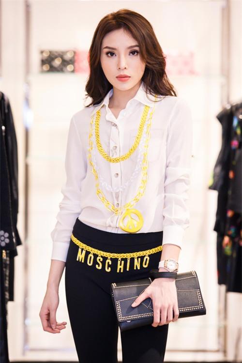 Hoa hậu Kỳ Duyên phủ đầy hàng hiệu thử đồ dự show Moschino tại Milan Fashion Week - Ảnh 3.