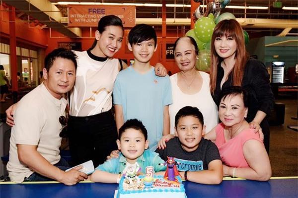 Dương Mỹ Linh có mặt như một thành viên trong đại gia đình ởbữa tiệc sinh nhật của con trai Bằng Kiều và Trizzie Phương Trinh. - Tin sao Viet - Tin tuc sao Viet - Scandal sao Viet - Tin tuc cua Sao - Tin cua Sao