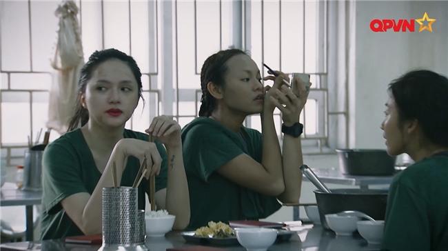 Đi bộ đội, Mai Ngô mặc kệ đồng đội tập trung ăn sáng để nhất quyết kẻ cho xong chân mày-5