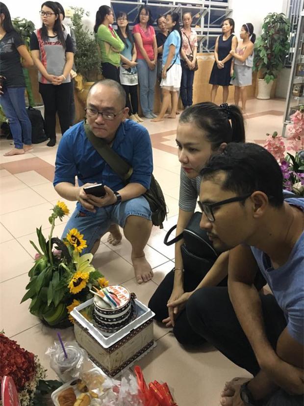 Giáp ngày giỗ đầu, bạn bè và các nghệ sĩ đến viếng mộ phần của Minh Thuận - Ảnh 3.