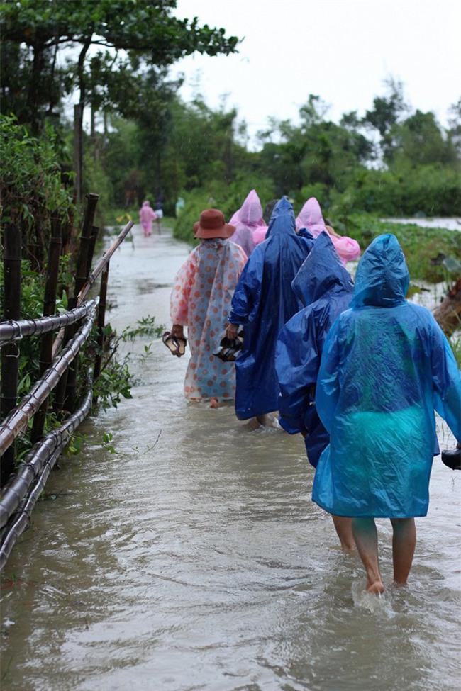 Quảng Trị: Nhà trai xắn quần, cắp dép vượt lũ đi đón dâu ngày mưa bão - Ảnh 13.