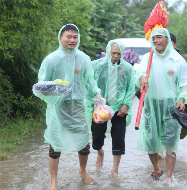 Quảng Trị: Nhà trai xắn quần, cắp dép vượt lũ đi đón dâu ngày mưa bão - Ảnh 15.