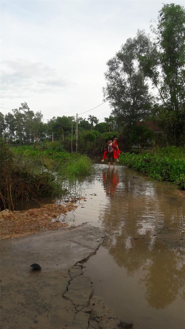 Quảng Trị: Nhà trai xắn quần, cắp dép vượt lũ đi đón dâu ngày mưa bão - Ảnh 2.