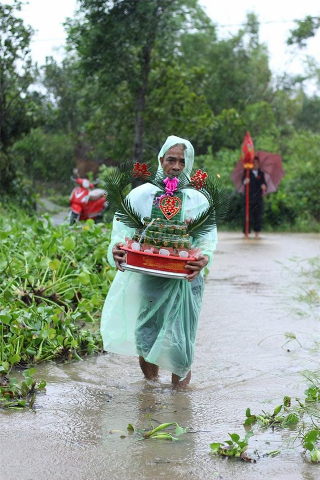 Quảng Trị: Nhà trai xắn quần, cắp dép vượt lũ đi đón dâu ngày mưa bão - Ảnh 5.