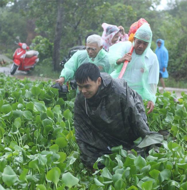 Quảng Trị: Nhà trai xắn quần, cắp dép vượt lũ đi đón dâu ngày mưa bão - Ảnh 9.