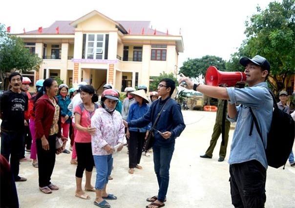 MC Phan Anh trong chuyến từ thiện cứu trợ khẩn cấp đồng bào vùng lũ Quảng Bình giữa tháng 10/2016. - Tin sao Viet - Tin tuc sao Viet - Scandal sao Viet - Tin tuc cua Sao - Tin cua Sao