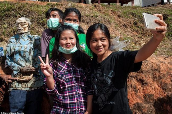 Đào mộ, thay áo mới cho xác chết: Đây chính là một tập tục rùng rợn nhất tại Indonesia - Ảnh 7.