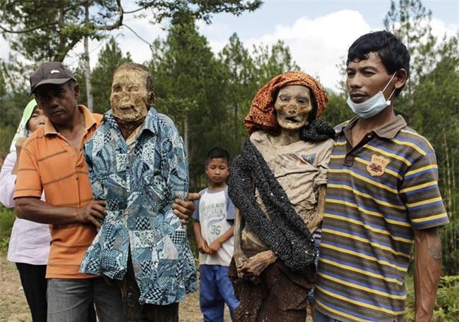 Đào mộ, thay áo mới cho xác chết: Đây chính là một tập tục rùng rợn nhất tại Indonesia - Ảnh 9.