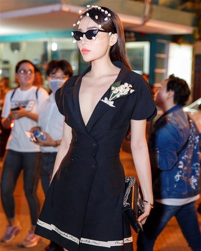 Kỳ Duyên, Angela Phương Trinh lại quên nội y khi mặc vest-2