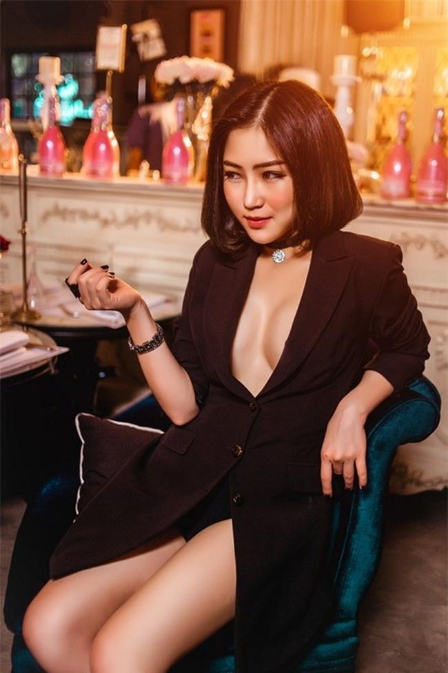 Kỳ Duyên, Angela Phương Trinh lại quên nội y khi mặc vest-4