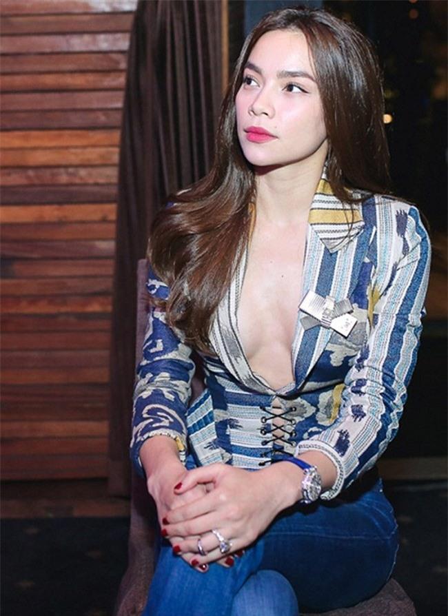 Kỳ Duyên, Angela Phương Trinh lại quên nội y khi mặc vest-8