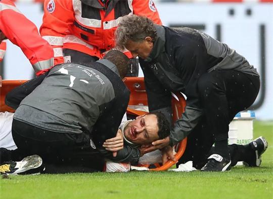Xem cú lên gối của thủ môn khiến đối thủ bất tỉnh - Ảnh 1.