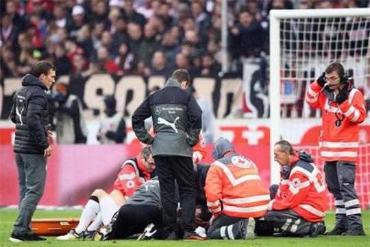 Xem cú lên gối của thủ môn khiến đối thủ bất tỉnh - Ảnh 5.