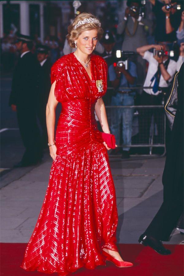 Zoom vào 12 chiếc váy đỏ được coi là ấn tượng nhất trong lịch sử thời trang - Ảnh 3.
