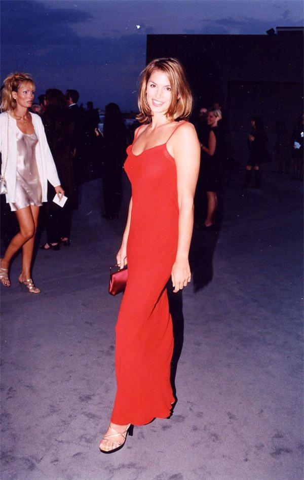 Zoom vào 12 chiếc váy đỏ được coi là ấn tượng nhất trong lịch sử thời trang - Ảnh 4.