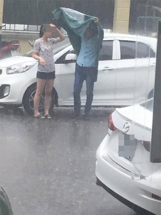 Cặp đôi dầm mưa trên phố Hà Nội gần 3 tiếng để...cãi nhau - Ảnh 4.