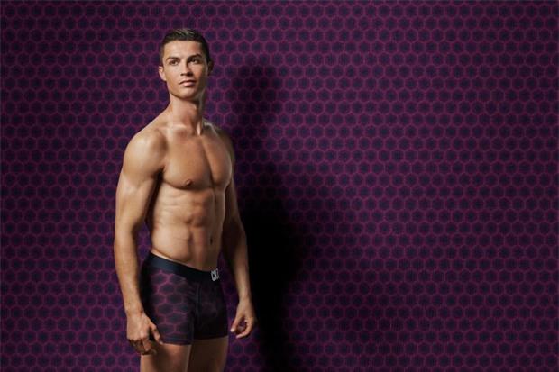 Ronaldo khoe body 6 múi, đốt mắt fan nữ - Ảnh 2.