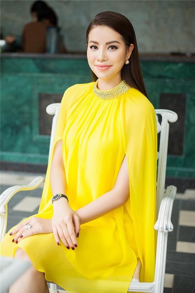 Hoa hậu Phạm Hương đang bị áo dáng cape mê hoặc trong mọi lần xuất hiện-3