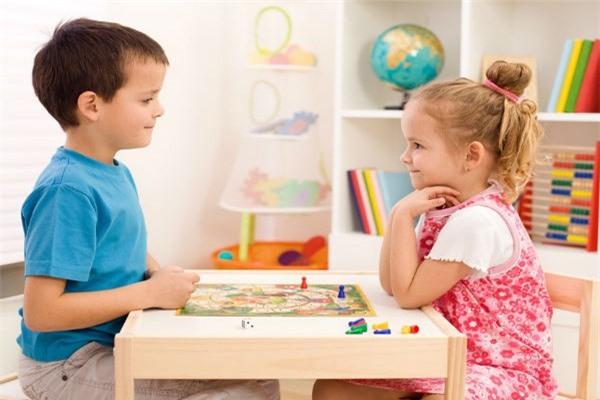Dạy gì thì dạy, trẻ từ 4 - 7 tuổi phải đạt được những mốc phát triển ngôn ngữ và nhận thức này - Ảnh 2.
