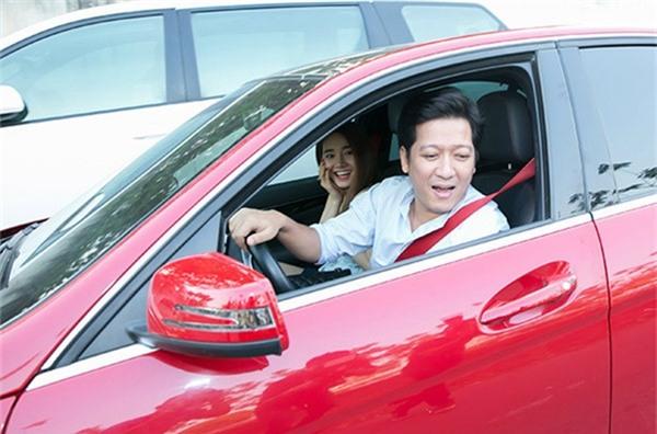 Được biết, chiếc xe ô tô màu đỏ thuộc quyền sở hữu của Trường Giang và anh thường xuyên điều khiển khi đi show, tham dự sự kiện. - Tin sao Viet - Tin tuc sao Viet - Scandal sao Viet - Tin tuc cua Sao - Tin cua Sao
