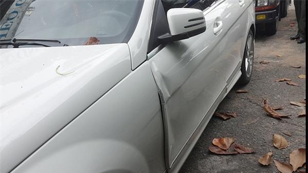 Sau vụ va chạm, cửa xe của siêu mẫu Thanh Hằng bị hư hỏng khá nhiều. - Tin sao Viet - Tin tuc sao Viet - Scandal sao Viet - Tin tuc cua Sao - Tin cua Sao