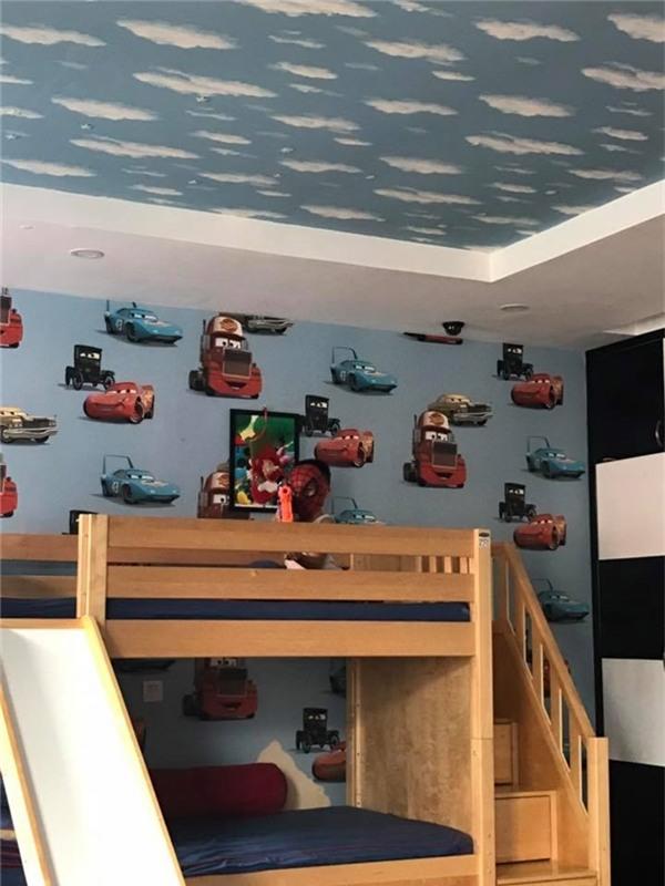 Phòng ngủ của Subeo được trang trí rất nhiều hình vẽ xe ô tô. Có lẽ cậu bé cũng có niềm đam mê tốc độ giống hệt ba. - Tin sao Viet - Tin tuc sao Viet - Scandal sao Viet - Tin tuc cua Sao - Tin cua Sao