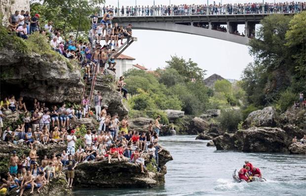 Nam thanh nữ tú kéo ra bờ sông xem nhảy cầu từ độ cao 30m - Ảnh 1.