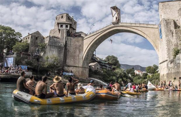 Nam thanh nữ tú kéo ra bờ sông xem nhảy cầu từ độ cao 30m - Ảnh 2.