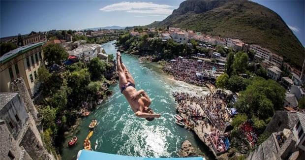 Nam thanh nữ tú kéo ra bờ sông xem nhảy cầu từ độ cao 30m - Ảnh 3.