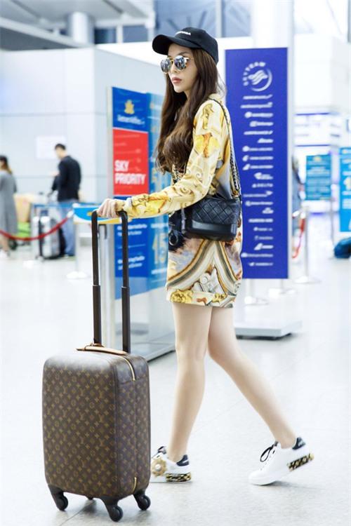 Chỉ mới ra sân bay đến Milan mà Hoa hậu Kỳ Duyên đã dát 900 triệu tiền hàng hiệu lên người! - Ảnh 5.