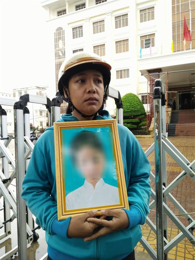 Vụ bé gái 13 tuổi tự tử nghi do hàng xóm xâm hại: Khởi tố bị can, bắt tạm giam nghi phạm - Ảnh 4.